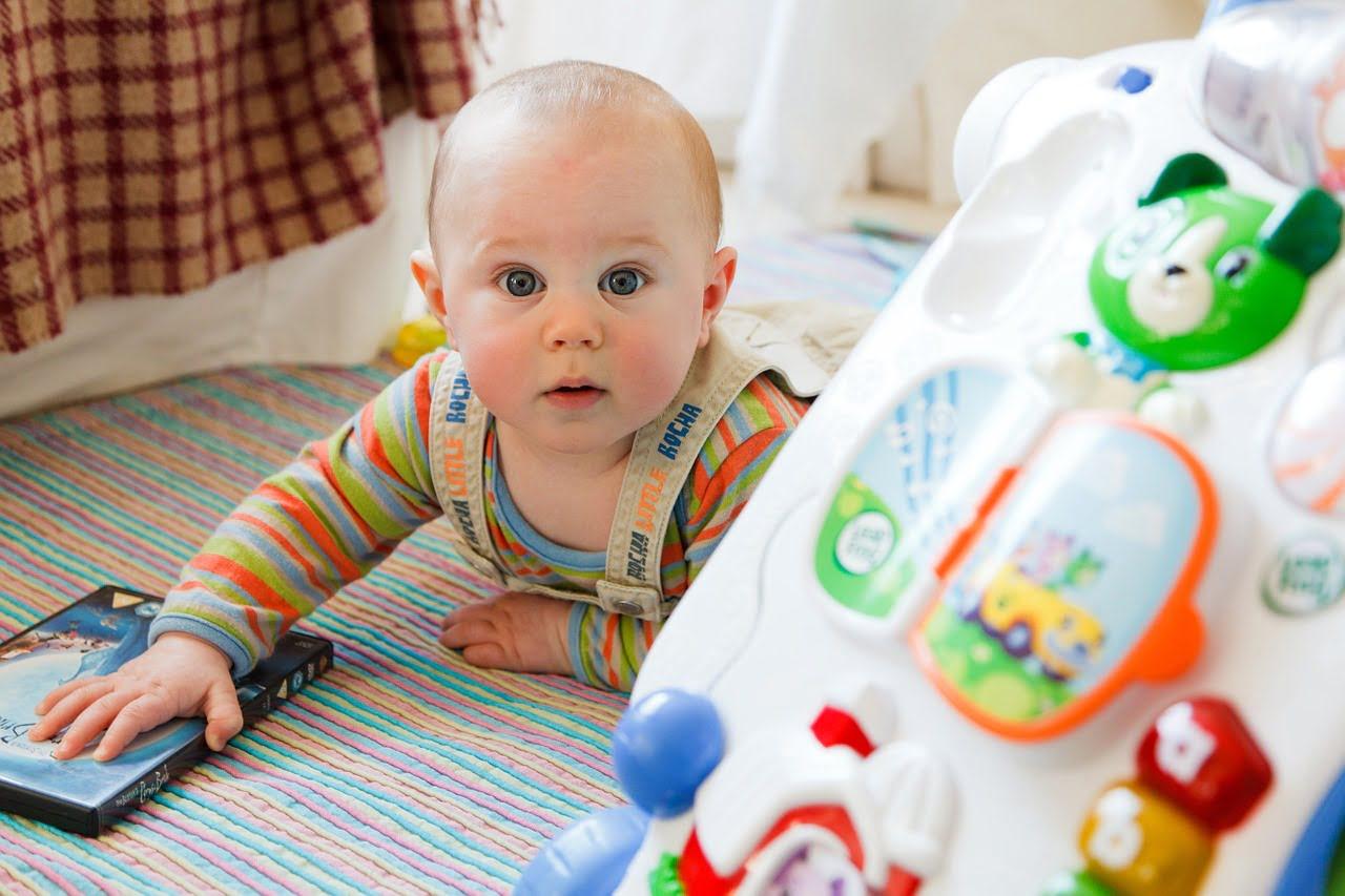 Zabawki interaktywne dla dzieci jednocześnie bawią i uczą
